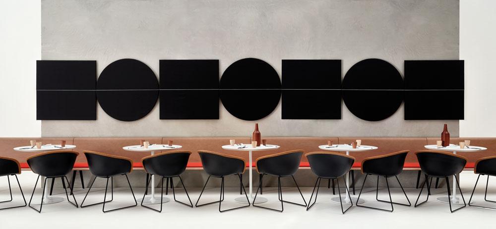 האקוסטיקה תופסת מקום גדול יותר, עקב העבודה בחללים ציבוריים והצורך הדחוף בשקט. Arper, למשל, משקיעה בעיצוב של ריפודים אקוסטיים לקירות. עיצוב של Lievore Altherr Molina