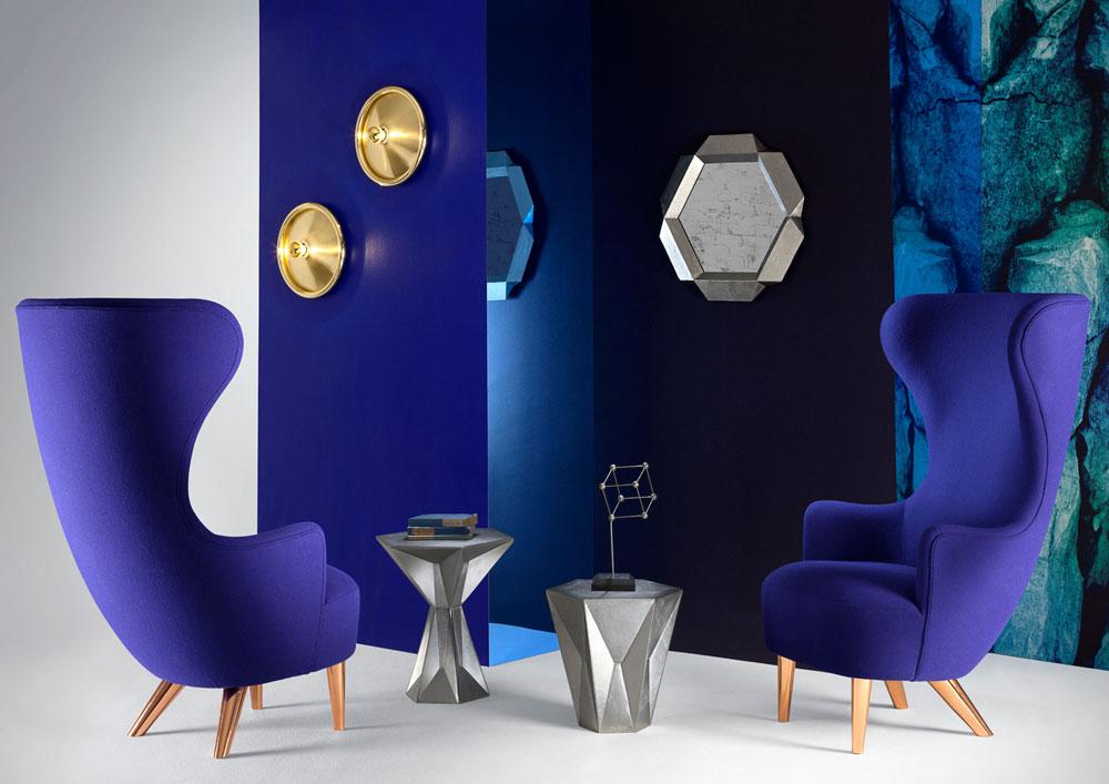 כורסאות בכחול-עז של המעצב הבריטי טום דיקסון (למרגלות מנורות Melt המתכתיות שלו)