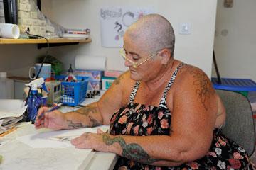 """עמליה זנד (""""הדובה הגדולה"""") פרדס חנה: """"אני הכי אוהבת את ה'לייק' של הפייסוש שעשיתי בגיל 50. הוא נועד להזכיר לי לחיות את הלייק של עצמי כל יום""""  (צילום: דפנה קפלן )"""