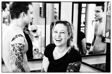 """ג'ולי מגן, בוואריה: """"הגעתי למקעקעת הבריטית ג'ו הריסון וביקשתי עיטור עם עין בתוך משולש. בזמן שהיא היניקה תינוקת, היא עיצבה לי משולש"""" (צילום: Daniel Glasl)"""