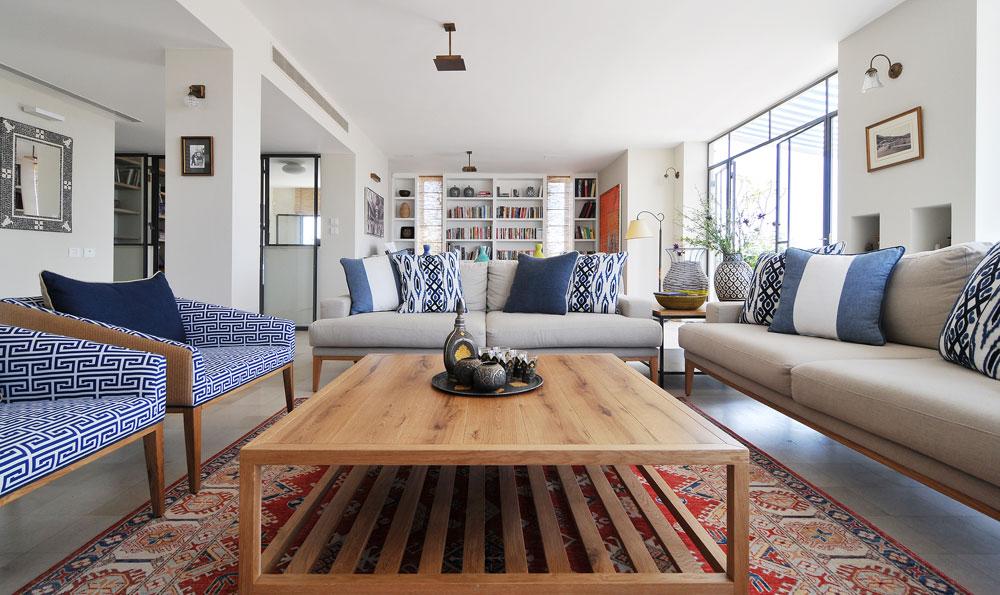 זוג ספות פשתן וזוג כורסאות מעץ וראטן מרכיבות את פינת הישיבה בסלון (צילום: שי אדם)