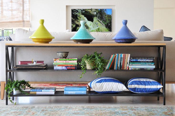קונסולה שעליה טאג'ינים צבעוניים יוצרת הפרדה בין שני חלקי הסלון (צילום: שי אדם)