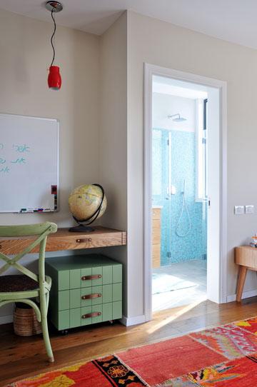 גם בחדרי הילדים פרקט מעץ אלון צרפתי ושטיח אתני צבעוני שיוצרים יחד אווירה ביתית וחמימה (צילום: שי אדם)