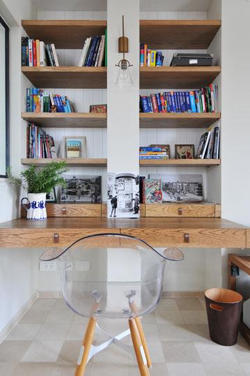 פינת עבודה נוספת שלצידה כיסא שקוף שמכניס טוויסט מודרני לבית (צילום: שי אדם)