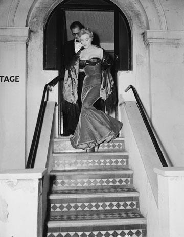 איך יורדים במדרגות עם עקבים? תלמדו מהמלכה מרילין מונרו (צילום: gettyimages)