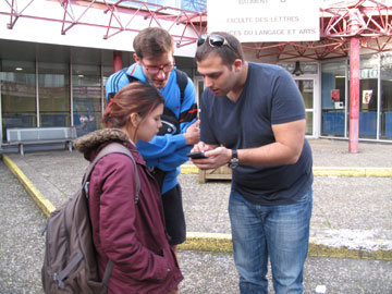"""דניאל עם סטודנטים באוניברסיטת ליון, צרפת. """"מאכילים אותם שהיהודים הם זן נחות"""" (צילום: באדיבות SAUJS)"""