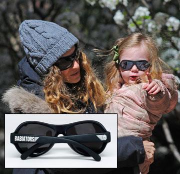 אחת התאומות של שרה ג'סיקה פרקר במשקפיים של Babiators (מ–139 שקל). כי להיות הבת של זה מחייב (צילום: splashnews/asap crative)