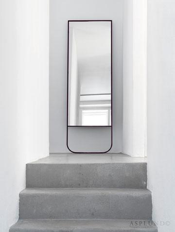 נשענת על הקיר, בעזרת מסגרת מתכת דקה ועדינה (באדיבות ASPLUND)