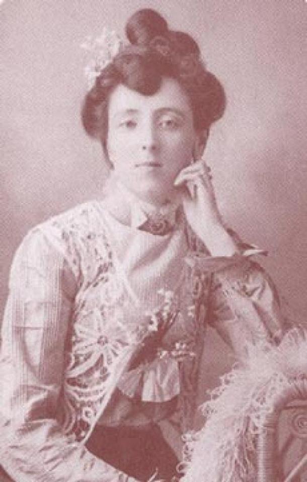 לוסי מוד מונטגומרי. אמה מתה כשהייתה בת שנתיים, בעלה לקה במאניה-דפרסיה