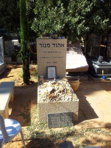 קברו של מנור בבית העלמין בבנימינה (צילום: יובל ניב)