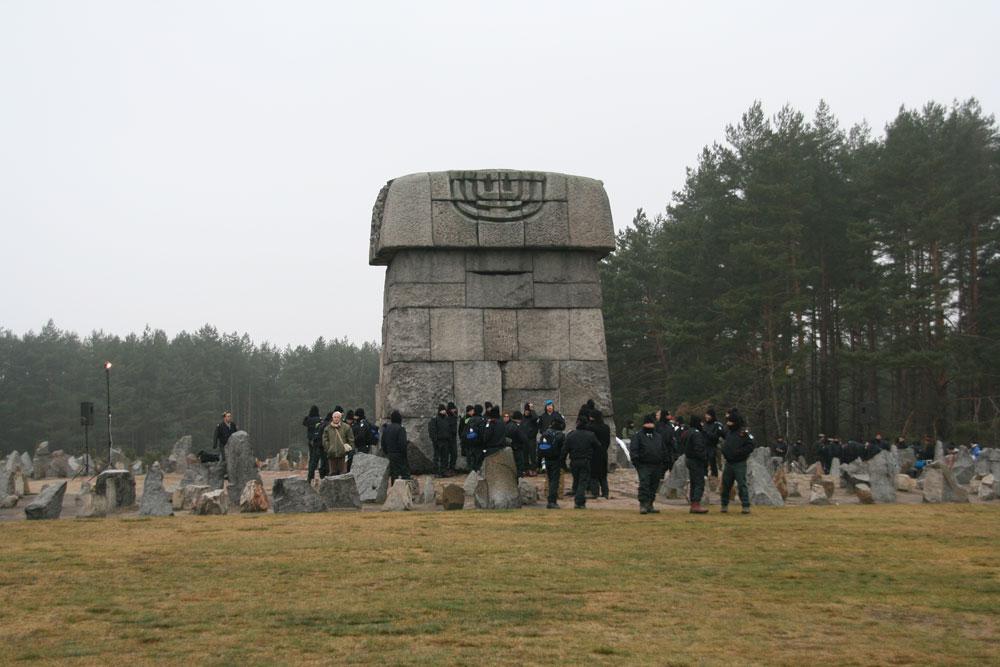 בניגוד למחנות ההשמדה אושוויץ ומיידנק, בטרבלינקה לא נותרו שרידים, והמבנה המרכזי הוא אנדרטה שמכילה 17 אלף אבנים, כמספר הקהילות היהודיות שמהן באו הקורבנות (צילום: Gil Eilam,cc)