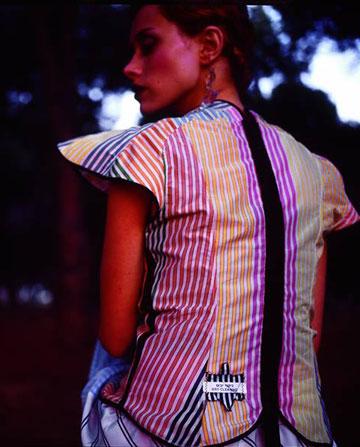 חולצת פסים צבעונית עם טלאי בגב שעיצב עמית אפשטיין במותג ג'ואיש פרינסס (צילום: איתן טל)