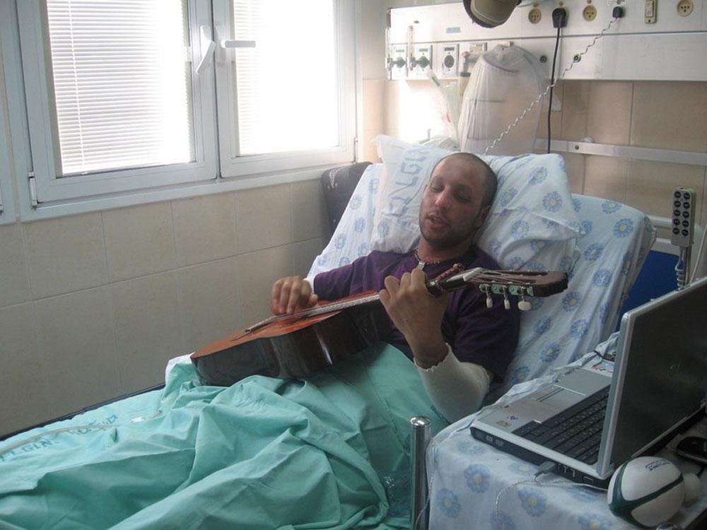 """הרן יפה בשיקום בבית החולים רמב""""ם. """"כל השיקום היה דרך המוזיקה. הייתי נכנס לניתוחים עם אוזניות. אני לא רואה את עצמי עושה שום דבר חוץ ממוזיקה"""" (צילום: קאריסה יפה)"""