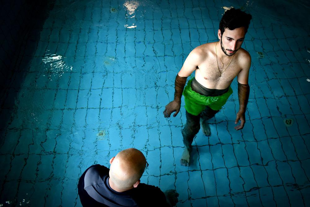 דור ישראלי נפצע בקרבות צוק איתן בקיץ האחרון. קליע פילח את ברכו הימנית ועכשיו, אחרי סדרת ניתוחים, הוא עומד על שתי רגליו. במים של הבריכה הטיפולית הוא כבר הולך בכוחות עצמו (צילום: אבי פז)