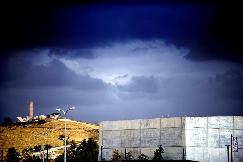 שני מבני בטון מוערכים, ישן לצד חדש: מהנקודה הגבוהה בסביבה, בראש גבעת גיר, צופה אל בית הלוחם אנדרטת חטיבת הנגב האיקונית של דני קרוון (צילום: אבי פז)