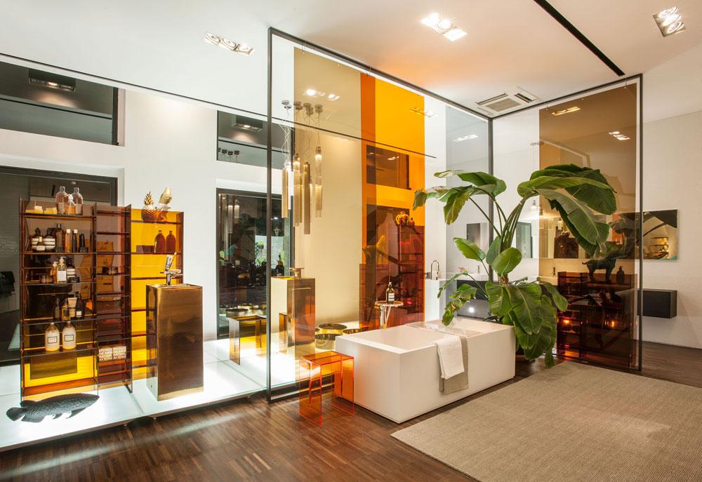 החנות המשותפת שפתחה Kartell עם Laufen השווייצרית. ''אנחנו נכנסים לחדרי אמבטיה, מכניסים ניחוחות לבית ומתנות קטנות, ובקרוב גם קצת טקסטיל'', מספר לוטי (באדיבות Kartell)