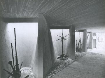 כלי הנשק בתוך הנישות המוארות באור-יום, בעבר (צילום: רן ארדה)