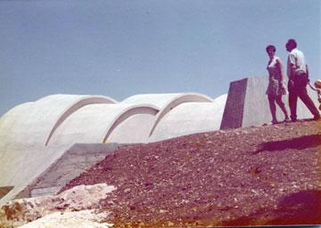 הקשתות המזוהות עם אתר ההנצחה (אוסף אדריכל גרשון צפור, ארכיון אדריכלות ישראל)
