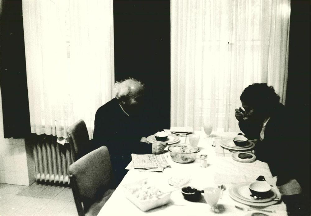 האוכל שלה עלה לה בזול. דוד ופולה חולקים רגע זוגי במטבח (צילום: אוסף בן -גוריון)