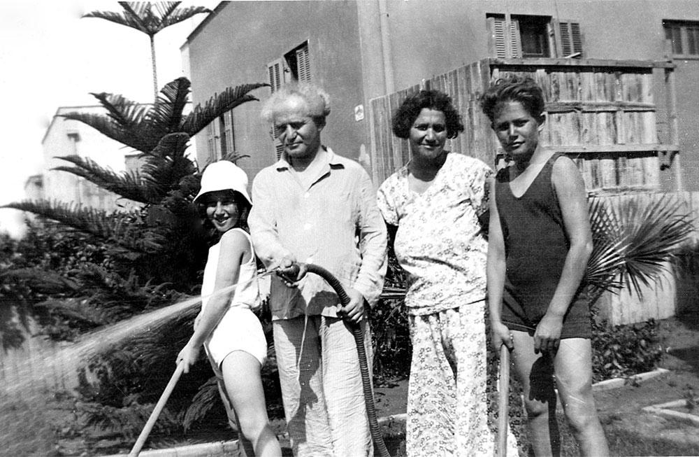 ושלושת הילדים שלך גרים בנגב? דוד, פולה והילדים בבית המשפחה בתל אביב (צילום: אוסף בן -גוריון)