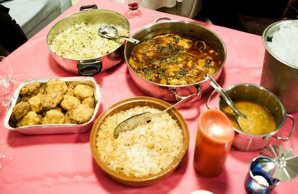 על השולחן: דג עם פלפלים ולימונים בקארי, בטטה וואדה, אורז ביריאני עם שקדים, אורז ביריאני עם פיסטוק ודאל מקאני  (צילום: מירב בן לולו )