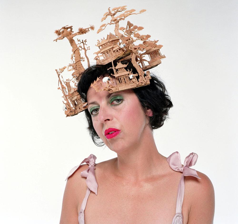 """""""אנחנו המצאנו אחד את השני – אני עשיתי כובעים והיא חבשה אותם"""". איזבלה בלאו בכובעים של פיליפ טרייסי (צילום: rex/asap creative)"""