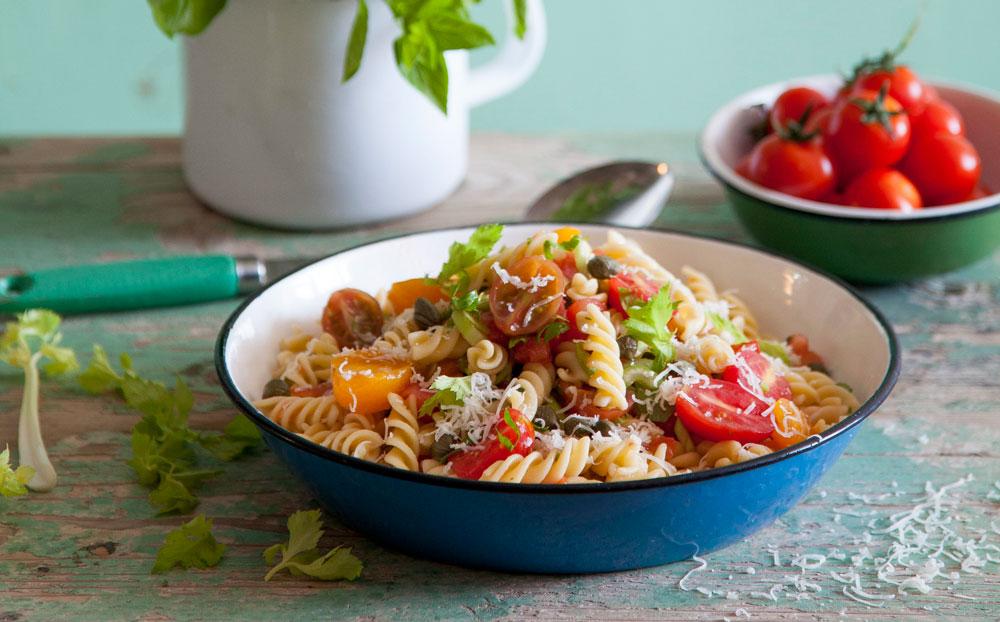 פסטה ברוטב עגבניות ללא בישול (צילום: יוסי סליס, סגנון: נטשה חיימוביץ')