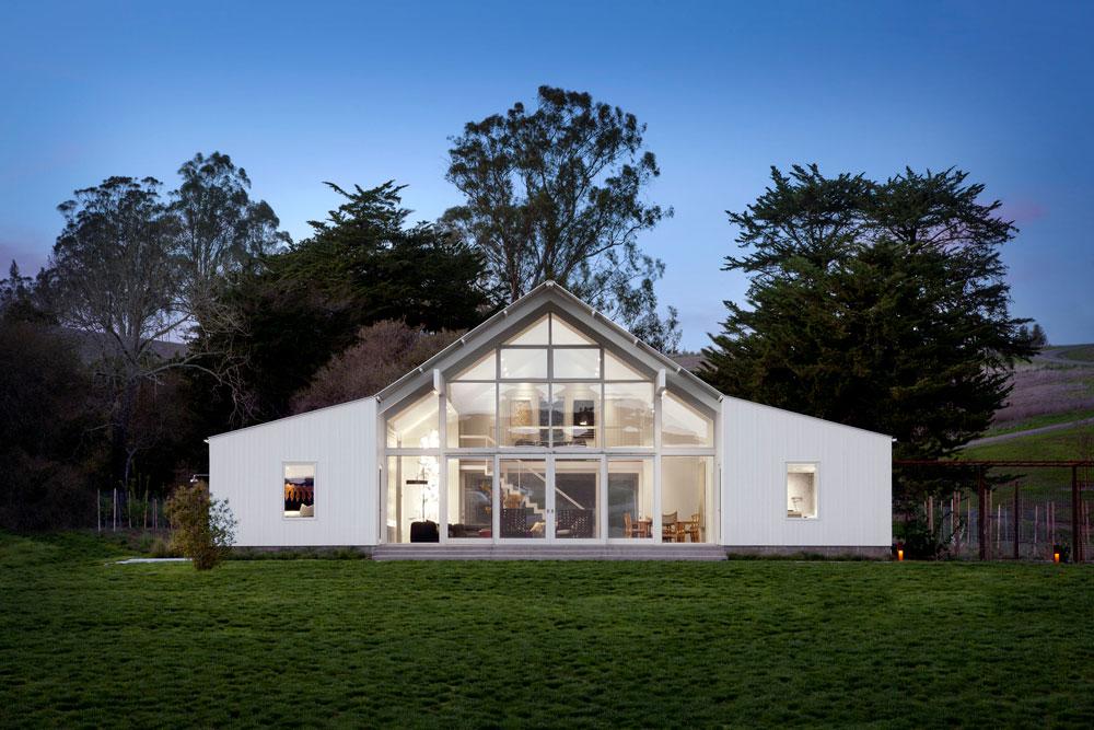 הבית פתוח לגמרי אל הנוף מאחור, מלבד האגפים בצדדים: באחד נמצא המטבח, בשני חדר ההורים (צילום: David Wakely)