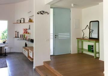 מבואת הכניסה, מבט מכיוון המטבח.  על העמוד תלויים שברי מראות בצורת ענן של אילן גריבי (צילום: אבי לוי)