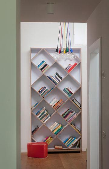 ספרייה בפינת המשפחה. עוד פריט בתכנון המעצבות (צילום: אבי לוי)