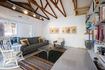 הפתח למרפסת הורחב, התקרה הוסרה ועל הקירות שרטוטים של גיא (צילום: יואב פלד, Peled studios)