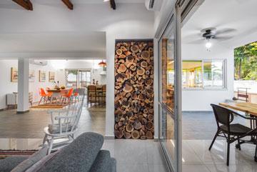 דלת כניסה נוספת לבית נסגרה והנישה משמשת לאחסון בולי עץ (צילום: יואב פלד, Peled studios)