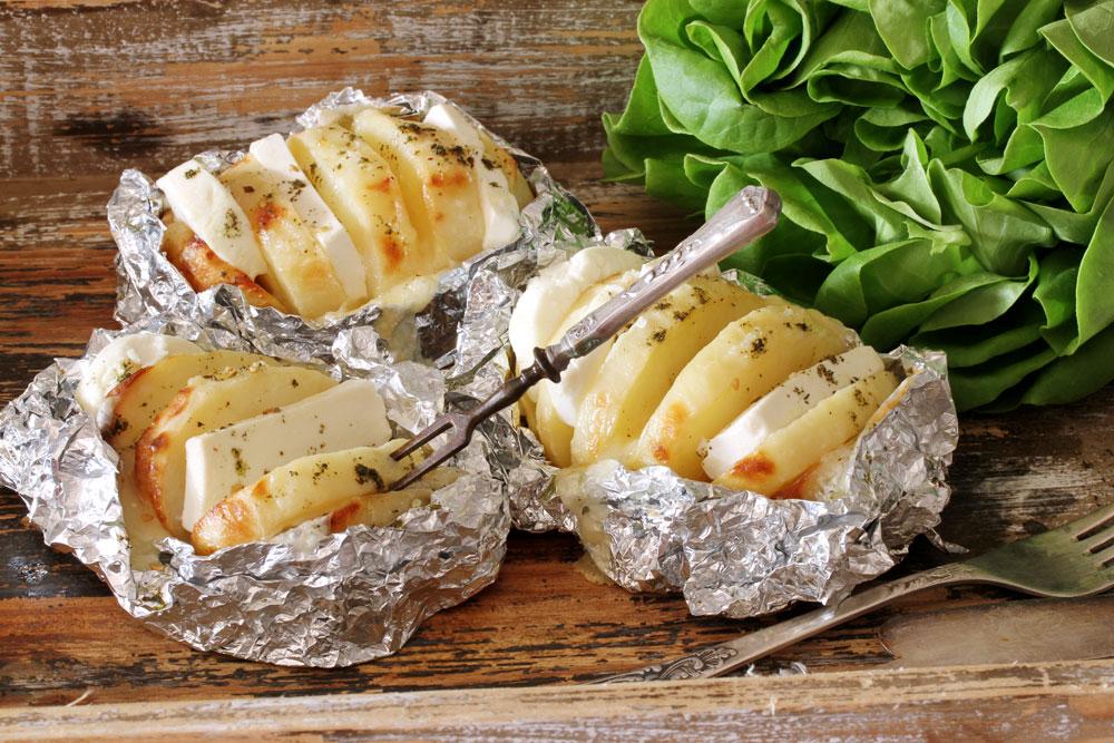 תפוחי אדמה ממולאים גבינות (צילום: אסנת לסטר )