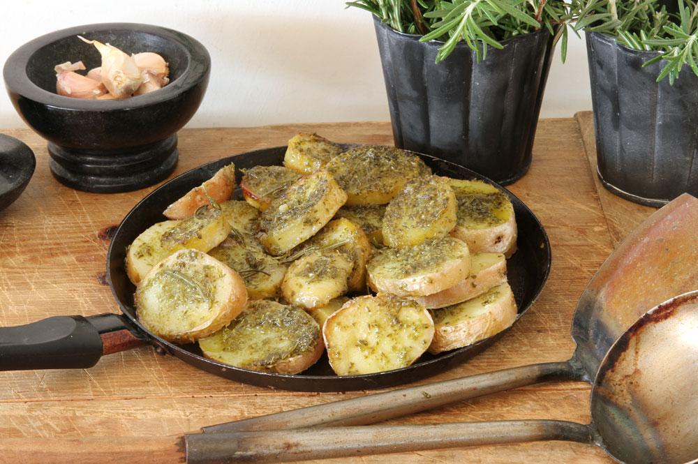 תפוחי אדמה ברוזמרין ושמן זית (צילום: אסנת לסטר )