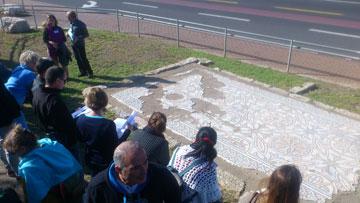 """פסיפס מהתקופה הביזנטית הוא אחת התחנות שיתגלו לעיני ההולכים (צילום: מרכז קלור, שלוחת מתנ""""ס ליאו באק)"""
