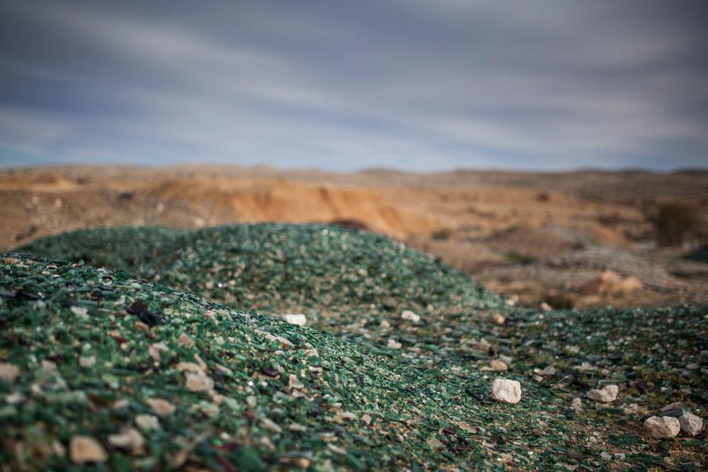 הררי פסולת הזכוכית מחוץ למפעל הוותיק ''פניציה''. האם מכאן יבוא מוצר חדש? (צילום: אור אלכסנברג)