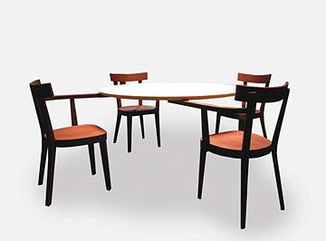 שולחן מרחף בעיצובו של אינגו מאורר. אין לו רגליים
