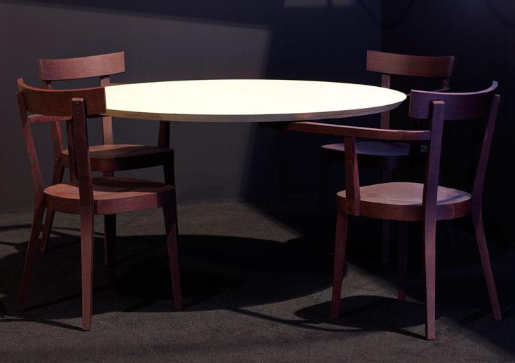 או השולחן המרחף של אינגו מאורר ל-Established & Sons. לו דווקא אין רגליים