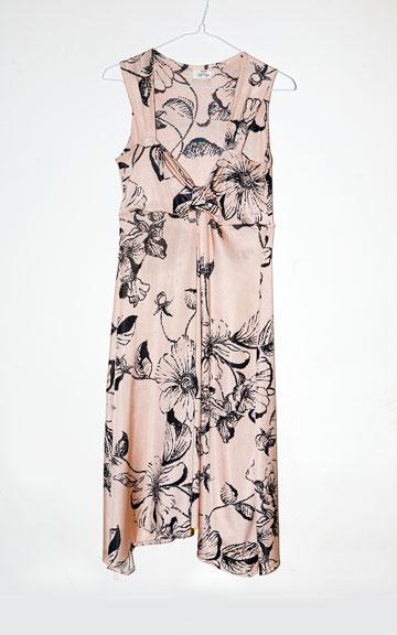 שמלת מידי בצבע פודרה עם הדפס פרחים שחור. ''יש לה מחשוף גדול שהבליט את הציצי שגדל לי במהלך ההיריון'' (צילום: ענבל מרמרי)
