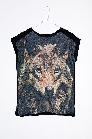 חולצה ללא שרוולים עם הדפס זאב. ''על זה החבר שלי לא יכול להגיד שזה הדפס נמר'' (צילום: ענבל מרמרי)