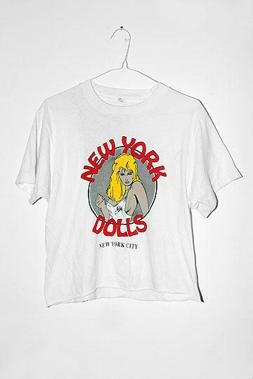 חולצת טי לבנה עם הדפס של בחורה והכיתוב New York Dolls - New York City. ''ראיה לתקופה בה עבדתי במועדון חשפנות'' (צילום: ענבל מרמרי)