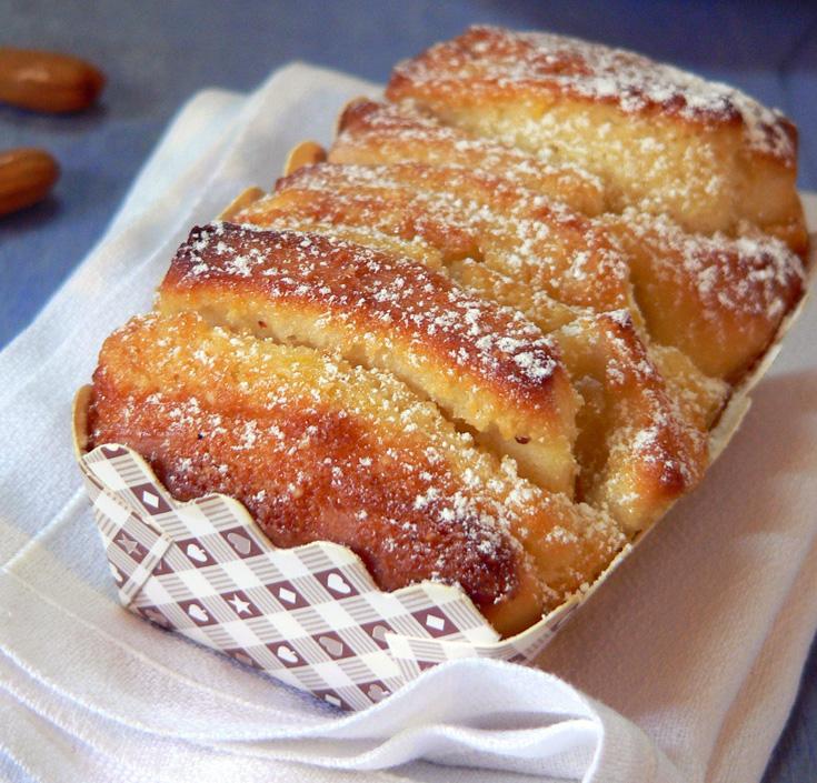 עוגת שמרים עם קרם שקדים לימוני. שקדים פרוסים מעניקים את המגע הסופי (צילום: מרילין איילון)