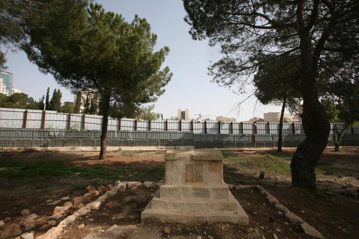 בית הקברות המוסלמי הסמוך לאזור המגודר. טוענים ששלדים הוצאו מאתר הבנייה בחשאי, והמועצה לזכויות אדם של האו''ם כבר קראה לביטול הפרויקט (צילום: גיל יוחנן)