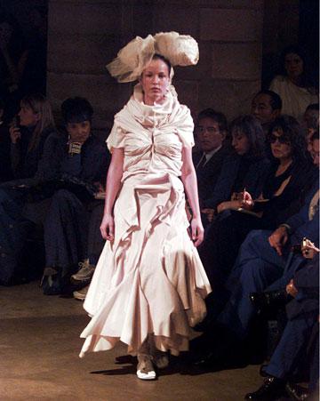 קום דה גרסון, 1997. סגנון העיצוב החדשני של ריי קוואקובו  (צילום: rex/asap creative)