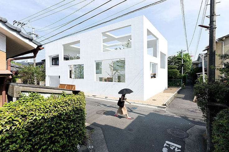 בית N בעיר אואיטה, בתכנונו של סו פוג'ימוטו. חלק מהבית פתוח לרחוב, וחלק אחר מוגן מפניו  (צילום: Iwan Baan)