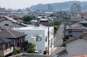 הבית על רקע הרחוב שבו הוא הוקם (צילום: Iwan Baan)