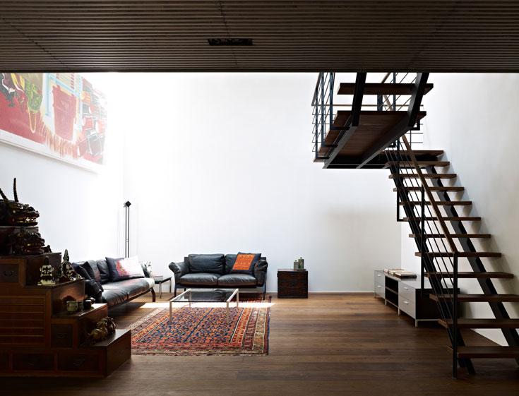 לקומה העליונה עולים בגרם מדרגות שנראה תלוי באוויר (צילום: Daici Ano)