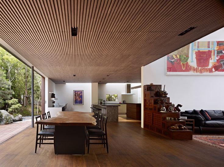 וזהו בית S, שנבנה בטוקיו בתכנונו של קאיז'י אשיזאווה. כל קומה נפתחת לחצר או למרפסת (והתקרה כאן עשויה עץ זהה לדק של הגינה) (צילום: Daici Ano)