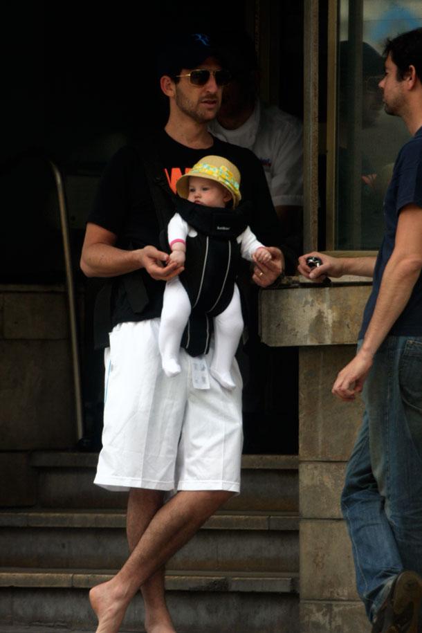 אבא פוליטי. אורי פפר עם עמנואל הקטנה  (צילום: רועי חביב)