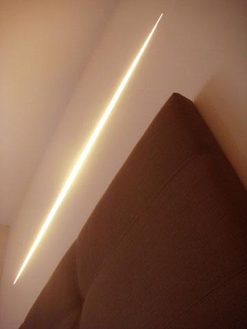 גופי תאורה אליפטיים שוקעו בקירות החדרים (באדיבות מיקי בן גן)